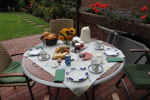 Frühstück auf der Terrasse (am letzten Morgen unseres diesjährigen Sommerurlaubs in Minden)