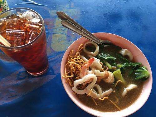 今日のサムイ島 8月16日 定番のお昼処 あんかけ麺/トムヤムヌードル