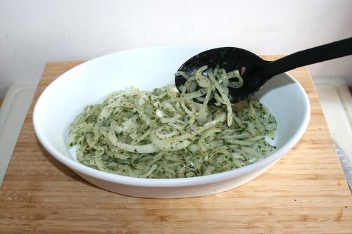 40 - Zwei Drittel der Zwiebeln in Auflaufform füllen / Fill two thirds of onions in casserole