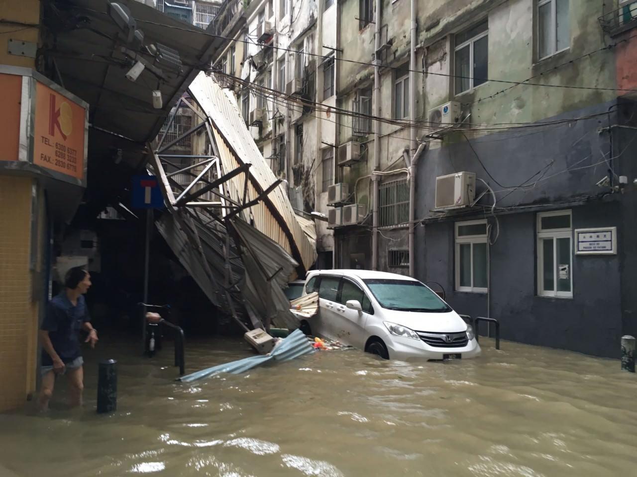 颱風天鴿襲擊澳門,澳門懸掛十號風球,內港嚴重水浸。(香港01駐澳門特約記者攝)