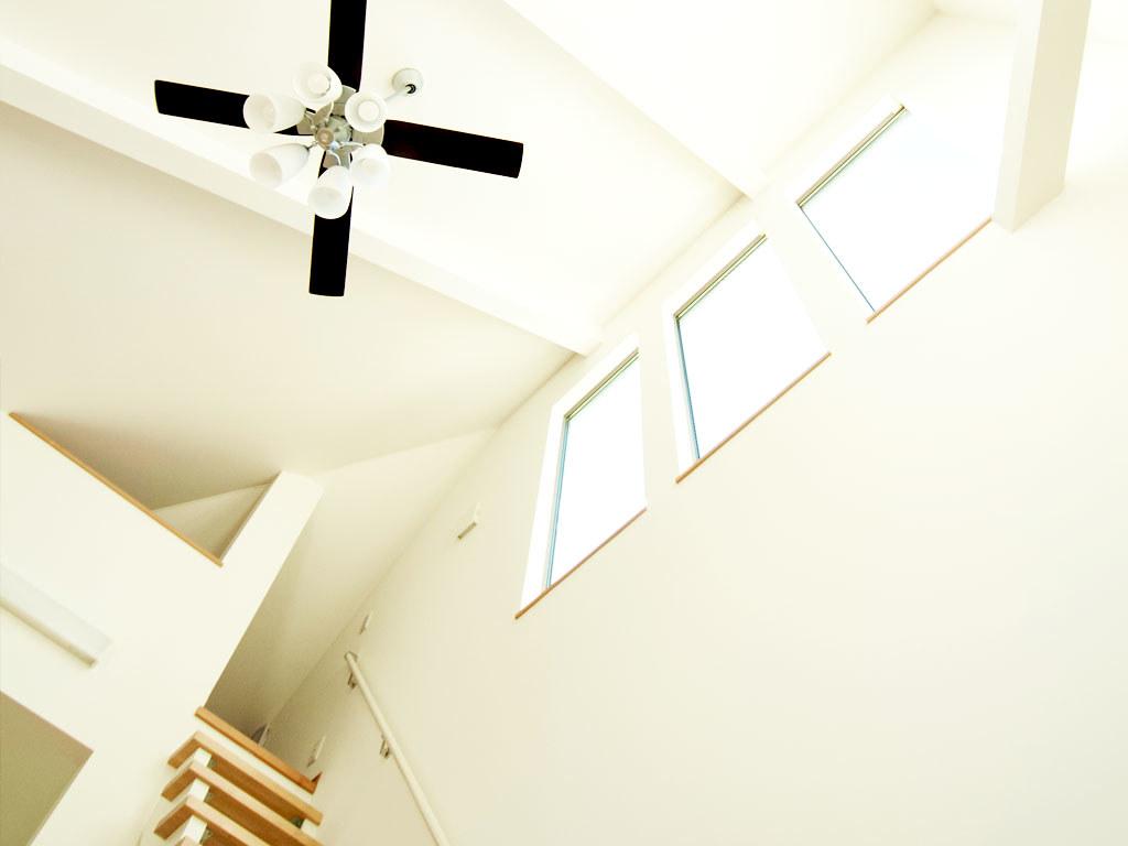 天高の天井に光を取り込む窓