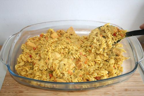 68 - Hälfte der Nudeln einfüllen / Fill in half of noodles