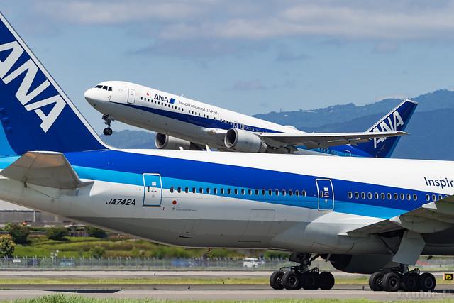 Itami Airport 2017.8.3 (37) JA742A & JA605A / ANA's B777-200 & B767-300