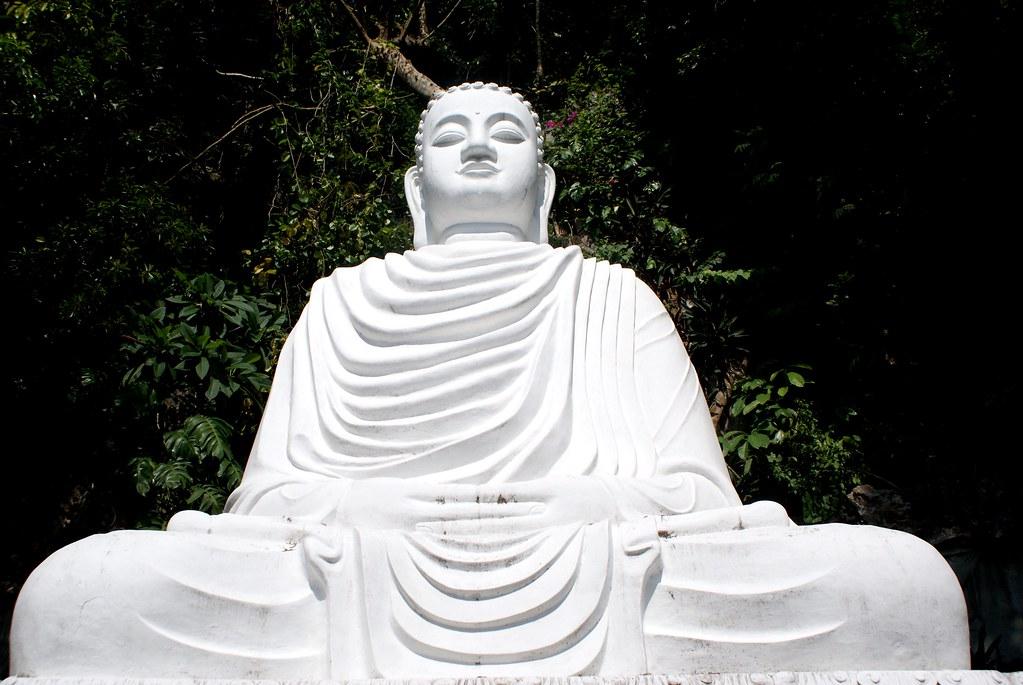 Statue de Bouddha austère et charismatique au Montagne de Marbre au Vietnam.
