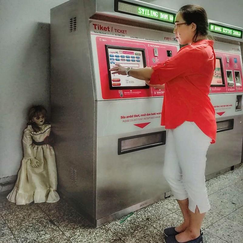 Patung Annabelle di LRT MRT Rapid KL