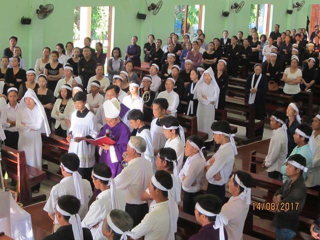 Đức Cha Giuse Võ Đức Minh, Giám mục Giáo phận Nha Trang  chủ tế thánh lễ an táng cho bà cố Maria, thân mẫu Sr Thục Quyên  tại Thánh đường Giáo xứ Hiệp Nghĩa