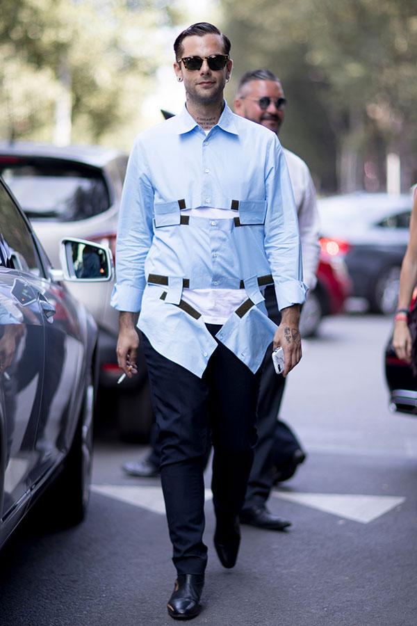ライトブルーデザインシャツ×黒テーパードパンツ×黒ブーツ