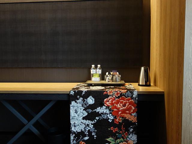 沉靜的室內配色,綴以客家花布花色,裡頭是冰箱@高雄Hotel dùa住飯店