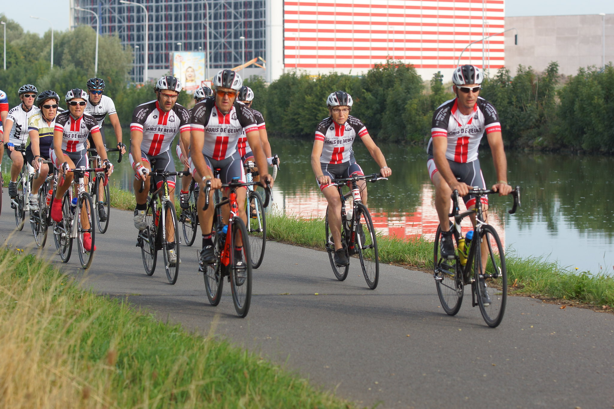 Wielertoeristen fietsen op zaterdag tijdens West-Vlaanderens Mooiste