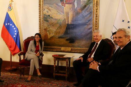 Parlamentares sul-americanos chegam à Venezuela e se propõem a mediar acordo de paz