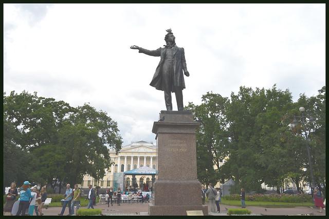 俄罗斯博物馆前的普希金塑像