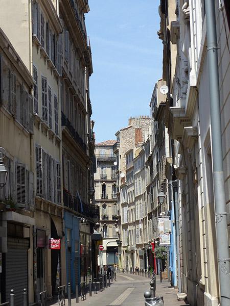une rue étroite à Marseille