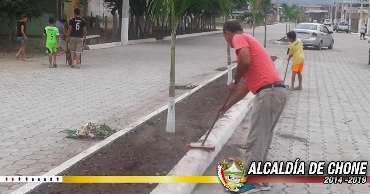 Moradores de la Ciudadela San Rafael dan mantenimiento a avenida principal