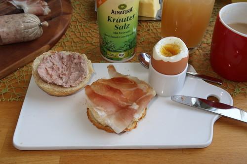 Schinkenspeck und Leberwurst (vom Bentheimer Landschwein) auf Dinkelbrötchen zum Frühstücksei