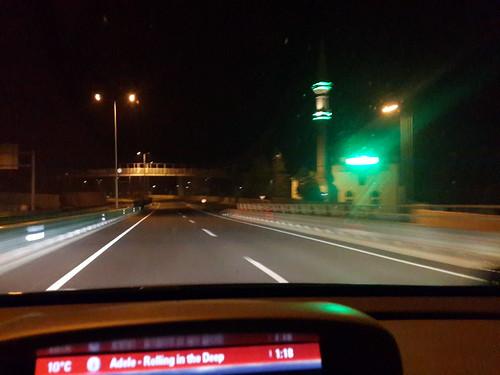 Zölden világító dzsámik az út szélén.