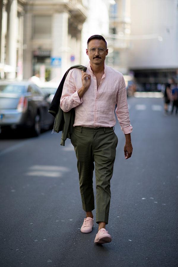 オリーブスーツ×ピンクリネンシャツ×ピンクローカットスニーカー