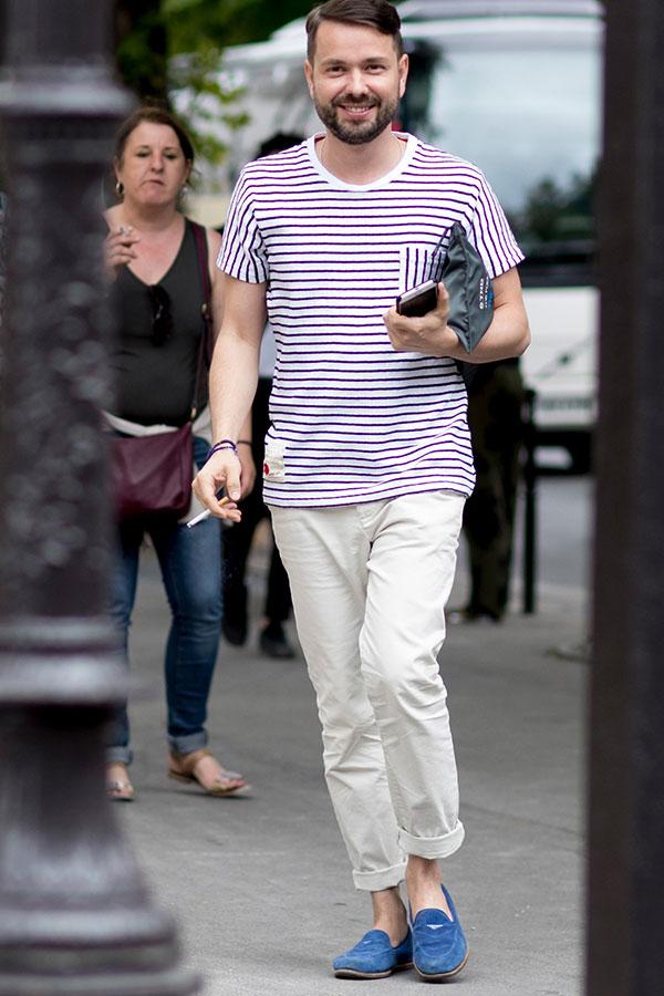 エンジ白ボーダーTシャツ×白パンツ×ネイビースエードローファー
