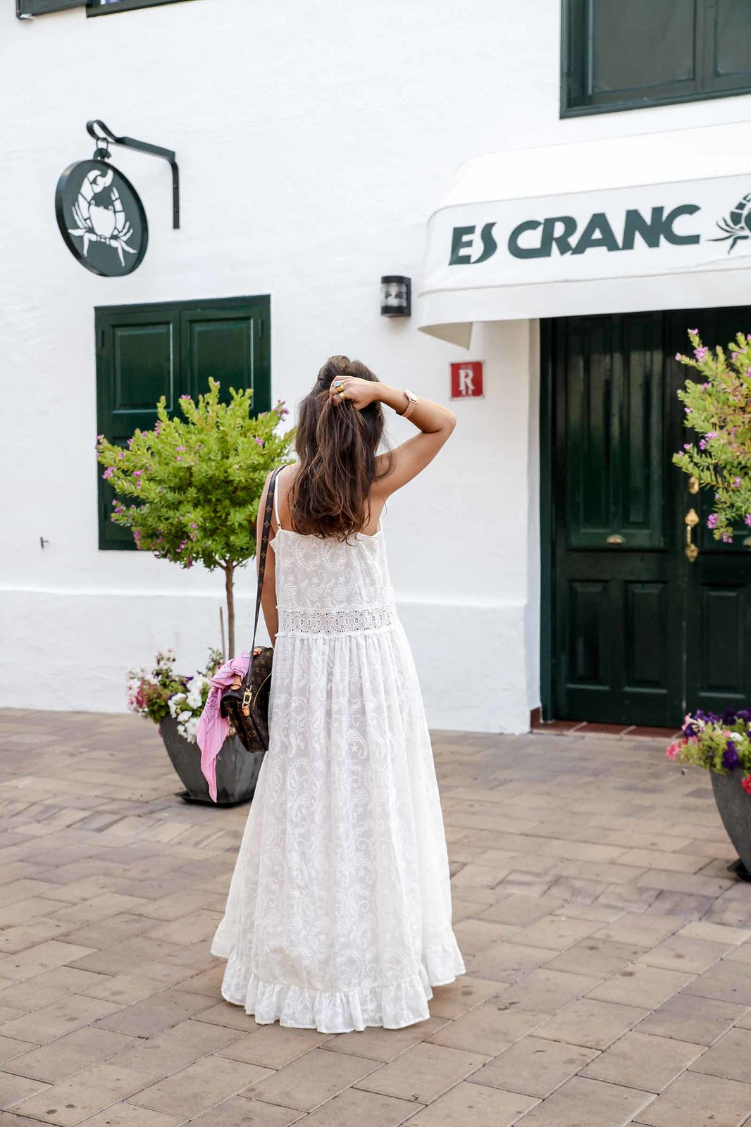 010_vestido_blanco_ibizenco_miss_june_long_dress_outfit_rayban_louis_vuitton_bag_outfit_streetstyle_influencer_barcelona_theguestgirl_the_guest_girl_barcelona_influencer