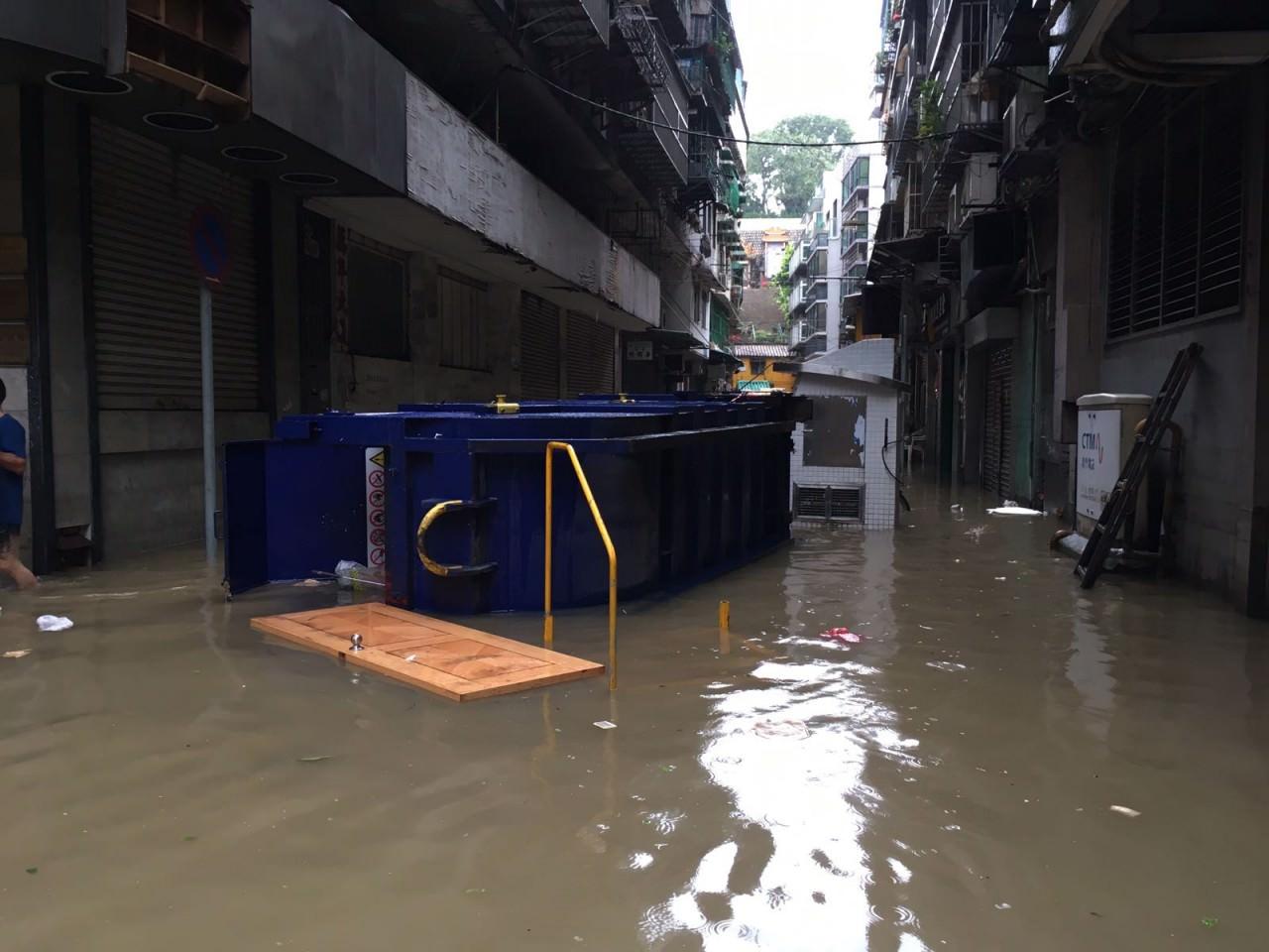 颱風期間,多部車輛被浸,甚至掀翻。(澳門特約記者攝)