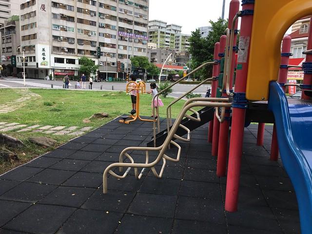 在鼎新公園玩
