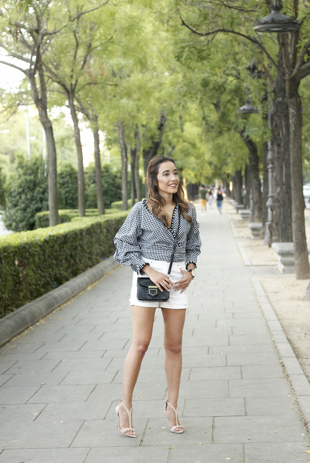 shirt with vichy print and pearls white short givenchy bag nude heels summer girl outfit12