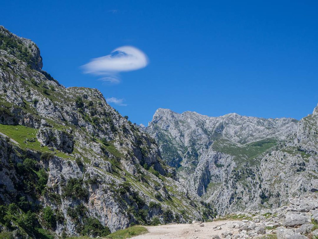 Nubes curiosas. #clouds #mountains #valdeón #picosdeeuropa #travelphoto #olympus #olympusomd #photography #sky