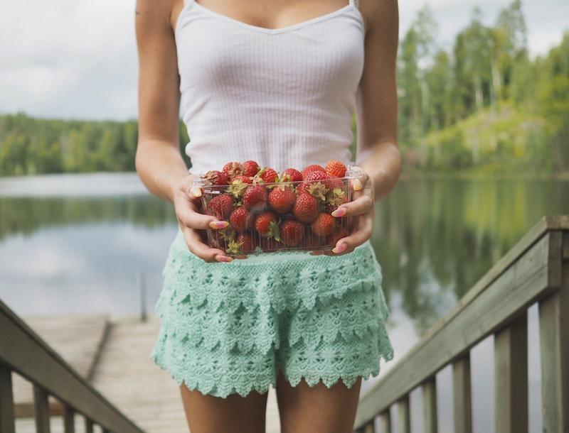 strawberries-mansikoita-mökkielämää-mökillä-cottage-laceshorts-pitsishortsit-minttu