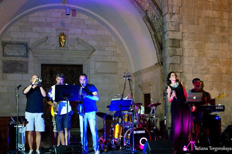 """""""The Grupa"""" - выступление на площади перед собором Св. Трифона"""