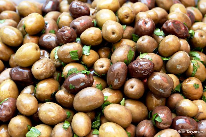 Коричневые оливки с петрушкой