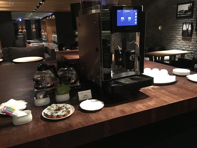 一樓有免費的咖啡茶水可以供住客使用休息@高雄Hotel dùa住飯店