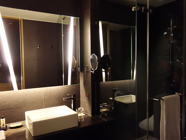 洗手台與乾濕分離隔間@高雄Hotel dùa住飯店