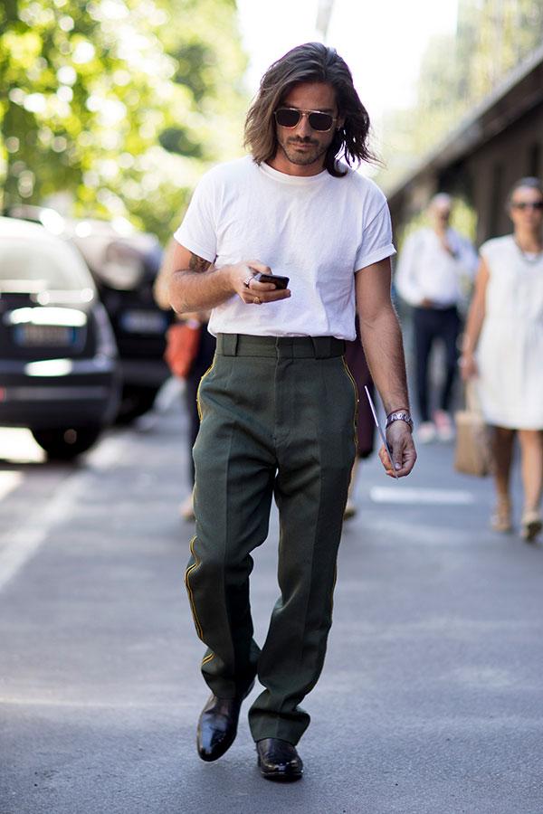 白無地Tシャツ×カーキスラックス×黒ブーツ