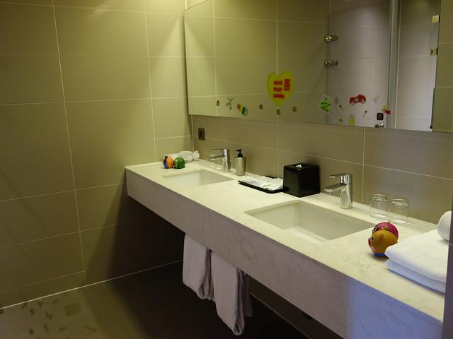 家庭房有兩個洗手台,早上起床不用搶@捷絲旅高雄中正館HAPE主題家庭遊戲房