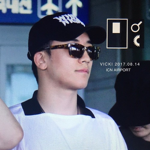 Seungri Arrival from Bali 2017-08-14 (4)