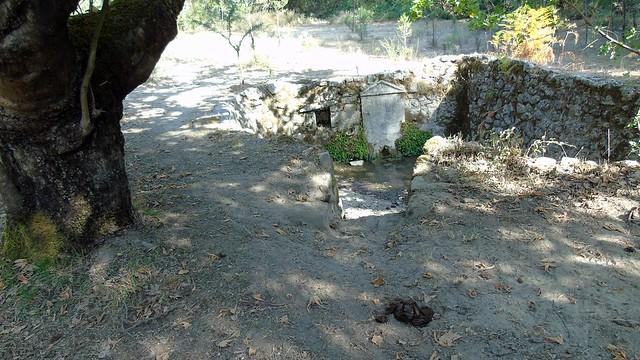Παλιά πέτρινη βρύση στα Κολυβάτα Λευκάδας