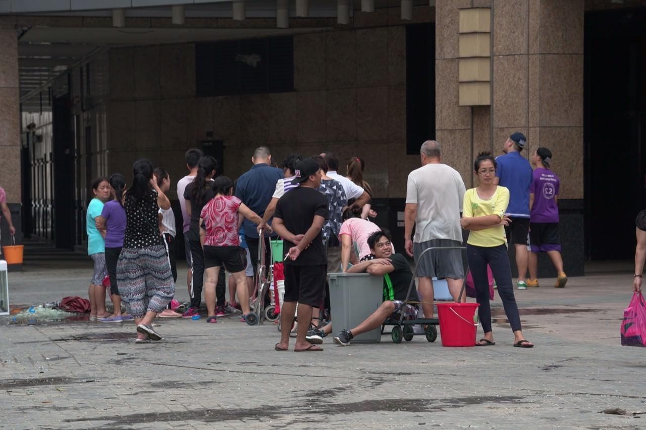 颱風影響澳門供水服務,部分市民要到街喉取水。(吳鍾坤攝)