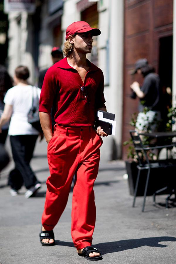赤キャップ×赤シャツ×赤パンツ×黒サンダル