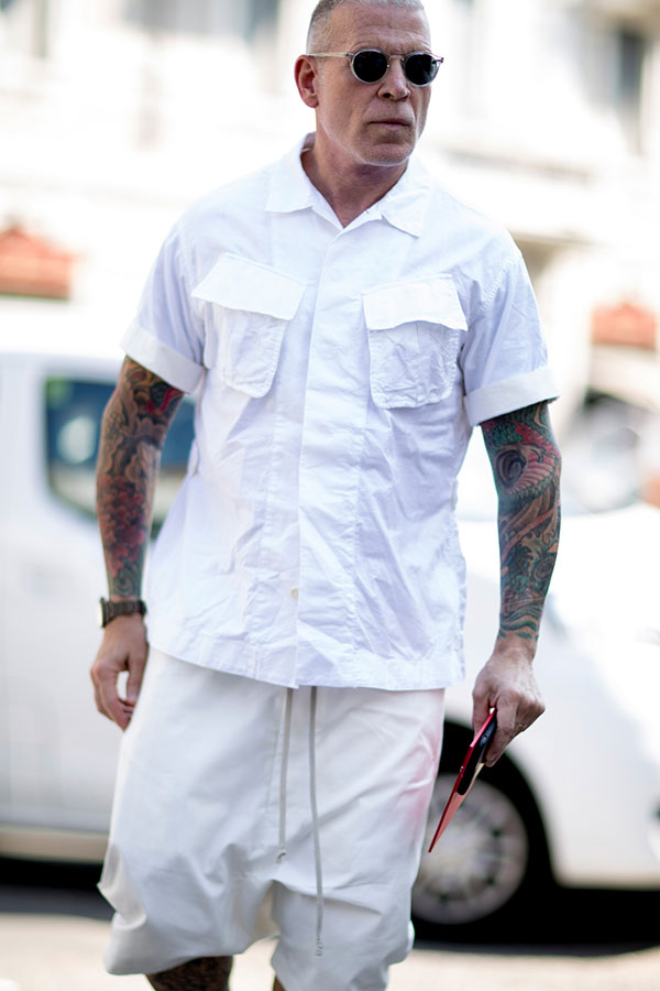 ニック・ウースター 白半袖シャツ×白ハーフパンツ