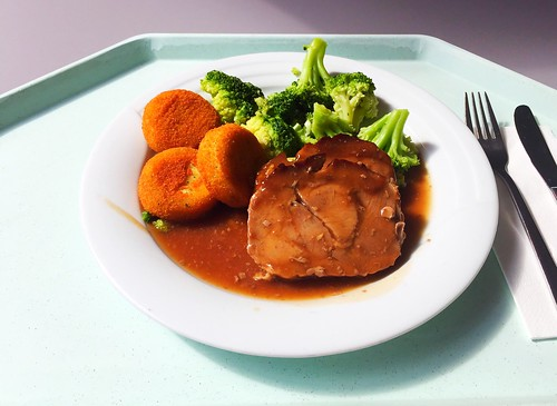 Rolled turkey roast in red wine sauce with broccoli & Macaire potatoes / Putenbrollbraten in Rotweinsauce mit Broccoli & Macaire-Kartoffeln