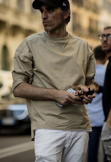 ベージュTシャツ×白パンツ