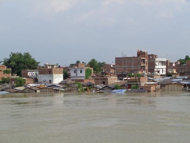 अखाड़ा पुल के पास जलमग्न घर
