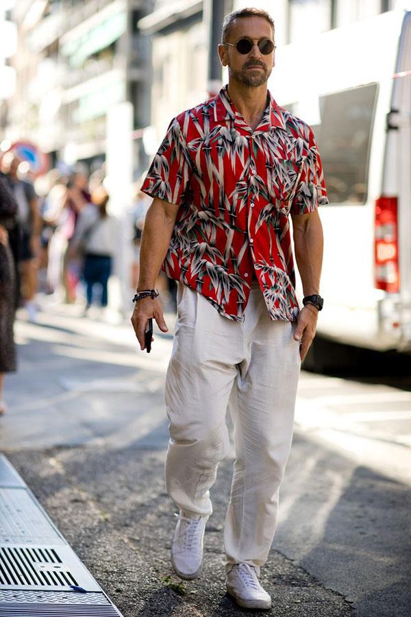 赤系半袖柄シャツ×白パンツ×白ローカットスニーカー