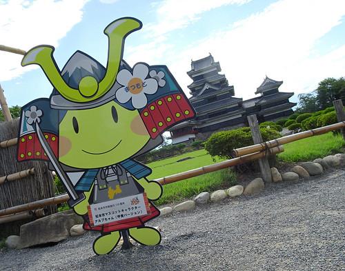 松本城とマスコットキャラクター