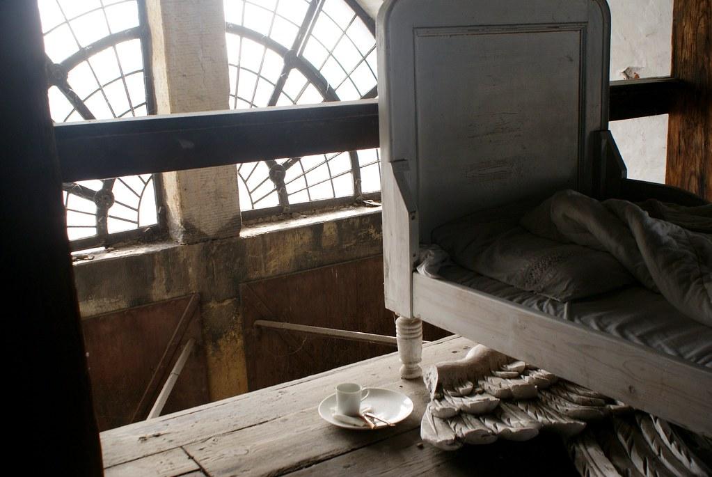 La chambre de l'ange de l'église Saint Sauveur de Copenhague. Les ailes sont rangées pour une nuit de sommeil.