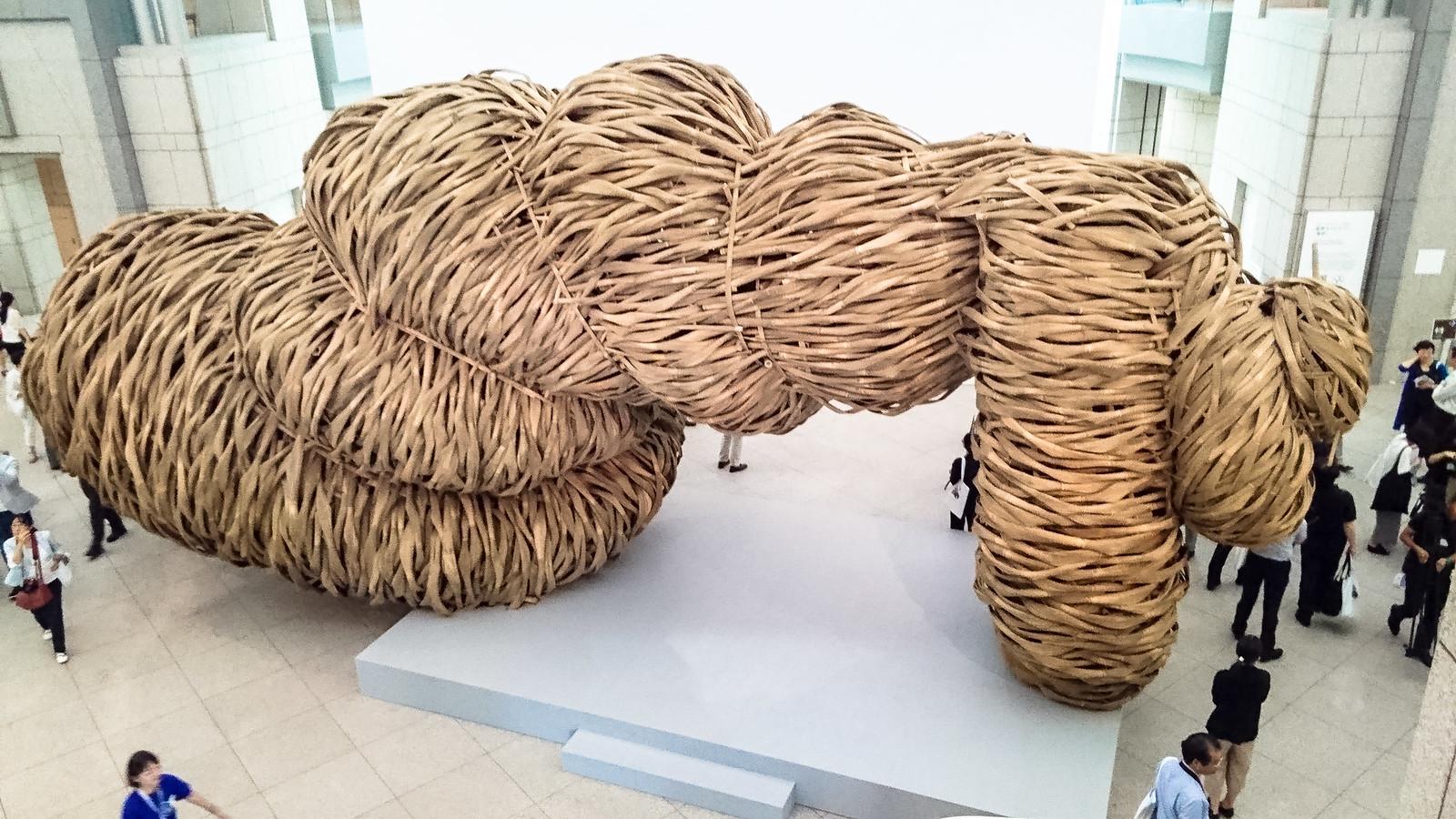 ジョコ・アヴィアント《善と悪の境界はひどく縮れている》(2017年) ヨコハマトリエンナーレ2017展示風景
