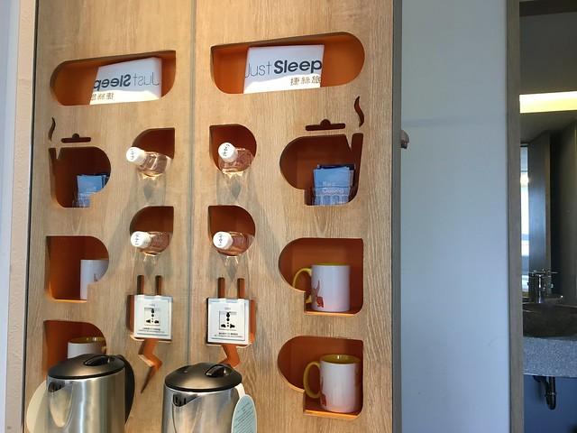 功能牆,上頭有袋子、礦泉水、馬克杯、各種飲料包@宜蘭捷絲旅礁溪館