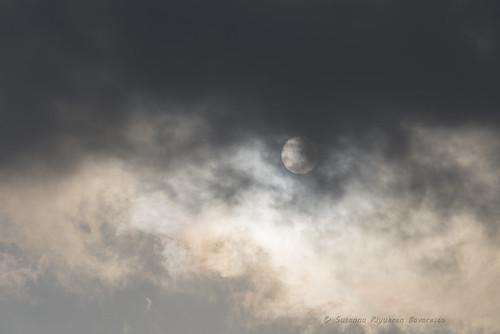 Quando il sole si veste di nuvole ( e si traveste da luna).