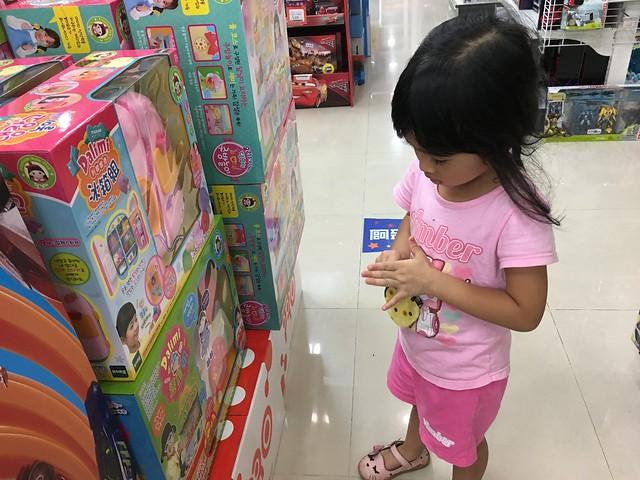 在玩具反斗城努力想要買紀念品的小孩。不知道該不該感謝玩具反斗城的東西都好貴,NTD$20 什麼也買不了Orz