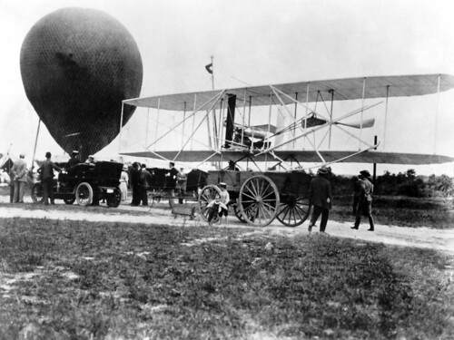 1200px-Wright_Military_Flyer_arrives_at_Fort_Myer_VA_DA-SD-05-00659