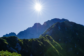 これから歩くヤセ尾根と背後の山頂@2400m付近